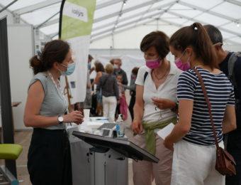 Des visiteurs du Cornouaille gourmand testent de nouveaux produits de La Fabrique des Mamans, avec SenSostat